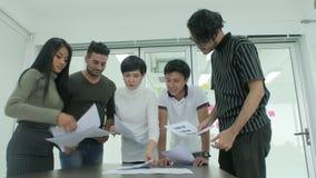 Reunión de reflexión joven del equipo del negocio que comparte nuevas ideas en oficina moderna almacen de metraje de vídeo