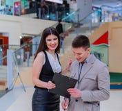 Reunión de socios comerciales en el centro comercial imagen de archivo