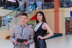 Reunión de socios comerciales en el centro comercial Foto de archivo