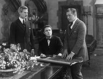 Reunión de tres hombres de negocios imagenes de archivo