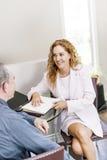 Reunión del agente con el cliente en oficina Fotos de archivo libres de regalías