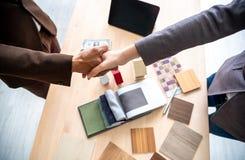 Reuni?n del agente y del cliente de seguro que sacuden la mano despu?s de firmar el contrato para la compra de los bienes raices  foto de archivo libre de regalías