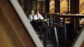 Reunión del café del negocio de dos mujeres almacen de metraje de vídeo