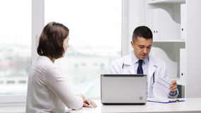 Reunión del doctor sonriente y de la mujer joven en el hospital almacen de metraje de vídeo