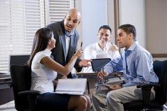Reunión del encargado con los oficinistas, dirigiendo