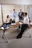 Reunión del encargado con los oficinistas, dirigiendo Fotos de archivo libres de regalías