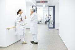 Reunión del equipo de los médicos de hospital Imágenes de archivo libres de regalías