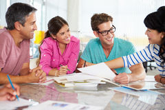 Reunión del equipo en oficina creativa