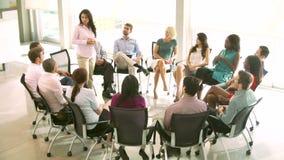 Reunión del grupo de ayuda con la gente asentada en el círculo de sillas metrajes