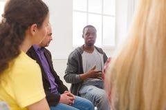 Reunión del grupo de ayuda, sesión de terapia fotografía de archivo libre de regalías