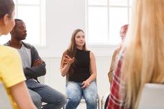 Reunión del grupo de ayuda, sesión de terapia imagen de archivo libre de regalías