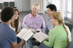 Reunión del grupo de estudio de la biblia imagen de archivo libre de regalías