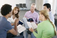 Reunión del grupo de estudio de la biblia fotos de archivo libres de regalías