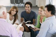 Reunión del grupo de estudio de la biblia fotografía de archivo