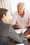 Reunión del hombre mayor con el consejero financiero en casa Imagen de archivo