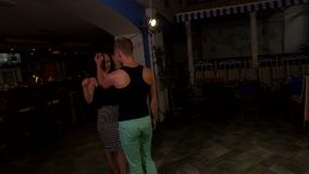 Reunión del hombre y de la mujer y baile del comienzo metrajes