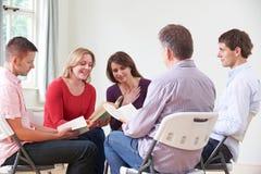 Reunión del libro que lee al grupo imagen de archivo