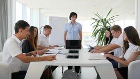 Reunión del negocio de la gente de la oficina para discutir nuevas ideas en oficina moderna con las ventanas panorámicas grandes almacen de video