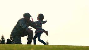 Reunión del papá su hija almacen de video