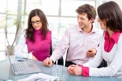 Reunión del personal en la oficina Imagenes de archivo