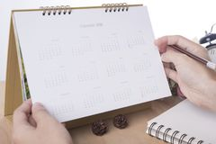 Reunión 2018 del planificador del calendario de la lista de mano del negocio sobre oficina del escritorio Imágenes de archivo libres de regalías