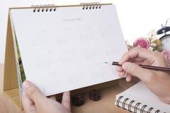 Reunión del planificador del calendario del negocio sobre oficina del escritorio organización foto de archivo