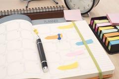 Reunión del planificador del calendario del negocio sobre oficina del escritorio organización imagen de archivo