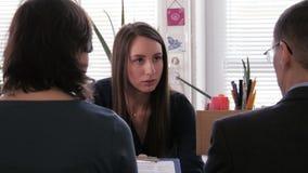 Reunión del proyecto - una empresaria tenía una discusión agotadora sobre contratos