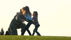 Reunión del soldado sus hijas en el parque, vista lateral almacen de metraje de vídeo