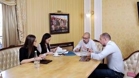 Reunión del trabajo del equipo del negocio corporativo en la oficina Colaboración, creciendo, concepto del éxito usando carta almacen de metraje de vídeo