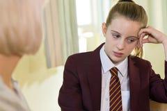 Reunión del uniforme escolar del adolescente que lleva deprimido con Couns imágenes de archivo libres de regalías