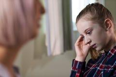 Reunión deprimida del adolescente con el consejero imagen de archivo libre de regalías