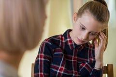 Reunión deprimida del adolescente con el consejero foto de archivo
