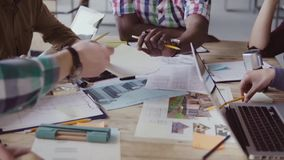 Reunión feliz creativa del equipo del negocio en oficina moderna El grupo de raza mixta de gente joven elige el color y el materi almacen de metraje de vídeo