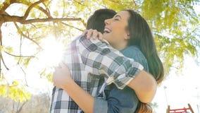 Reunión feliz de los pares y abrazo en un parque almacen de video
