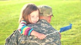 Reunión feliz del soldado de la UE con la familia al aire libre almacen de video