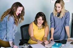 Reunión femenina joven del propietario de negocio de Latina con los empleados imagen de archivo