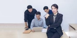Reunión hermosa del encargado de la empresaria con trabajo en equipo en la oficina fotos de archivo