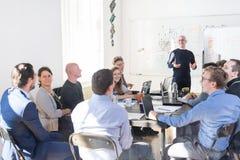 Reunión informal relajada del equipo de la compañía de puesta en marcha del negocio de las TIC fotos de archivo