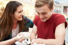 Reunión joven de los pares sobre fecha en café Imágenes de archivo libres de regalías
