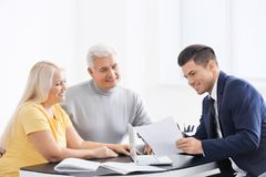 Reunión mayor de los pares con el consultor fotografía de archivo