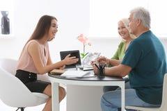 Reunión mayor de los pares con el consultor imagen de archivo