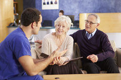 Reunión mayor de los pares con la enfermera In Hospital fotografía de archivo