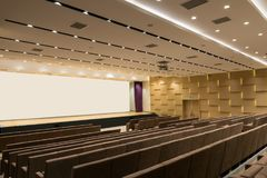 Reunión moderna vacía grande, sala de conferencias Imagen de archivo libre de regalías