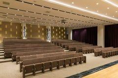 Reunión moderna vacía grande, sala de conferencias Foto de archivo