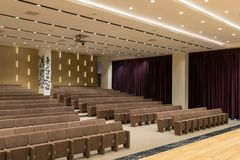 Reunión moderna vacía grande, sala de conferencias foto de archivo libre de regalías