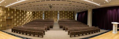 Reunión moderna vacía grande, sala de conferencias Imagen de archivo