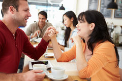 Reunión romántica de los pares en Caf? ocupado imagenes de archivo