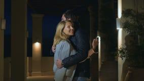 Reunión secreta del hijo de la madre y del adulto en la noche en la mansión misteriosa almacen de metraje de vídeo