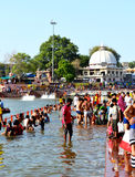 Reunión total del baño público en el río del kshipra en el gran mela del kumbh, Ujjain, la India Fotos de archivo libres de regalías